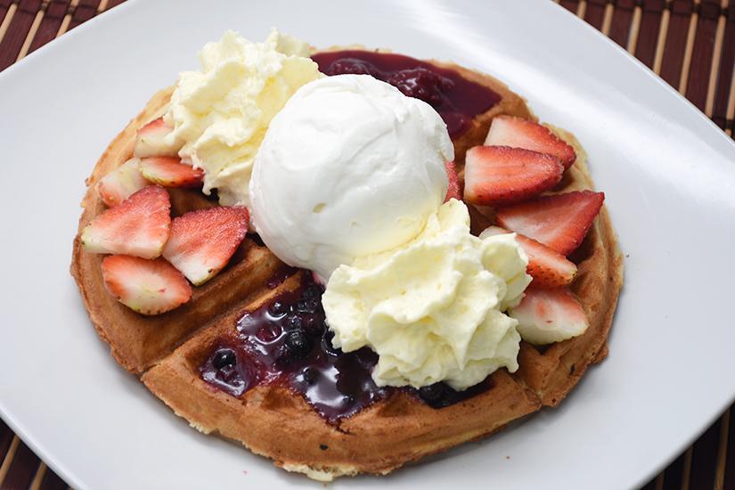 Imagen full waffle frutos rojos dinays - Frutería y Heladería en Cali
